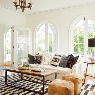 Diseño de salón cerrado, nórdico, con paredes blancas, suelo de madera en tonos medios y suelo amarillo