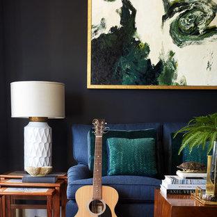 Mittelgroßes, Abgetrenntes Eklektisches Wohnzimmer mit blauer Wandfarbe, braunem Holzboden und rotem Boden in San Francisco