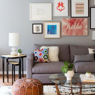 Пример оригинального дизайна: гостиная комната в современном стиле с серыми стенами и паркетным полом среднего тона