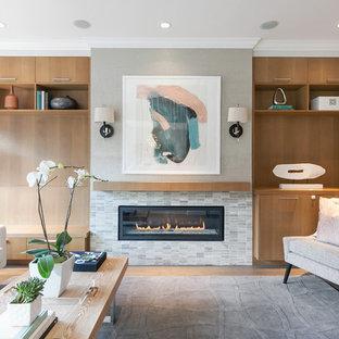 サンフランシスコ, CAの広いコンテンポラリースタイルのおしゃれなLDK (タイルの暖炉まわり、テレビなし、グレーの壁、淡色無垢フローリング、横長型暖炉) の写真