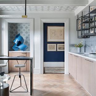 Idee per un piccolo soggiorno classico chiuso con angolo bar, pareti bianche, parquet chiaro, nessun camino, nessuna TV e pavimento beige