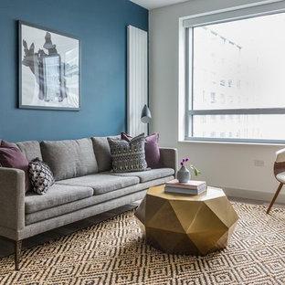 サンフランシスコの小さいエクレクティックスタイルのおしゃれなLDK (青い壁、淡色無垢フローリング、据え置き型テレビ、ベージュの床) の写真