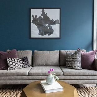 Foto di un piccolo soggiorno bohémian aperto con pareti blu, parquet chiaro, TV autoportante e pavimento beige