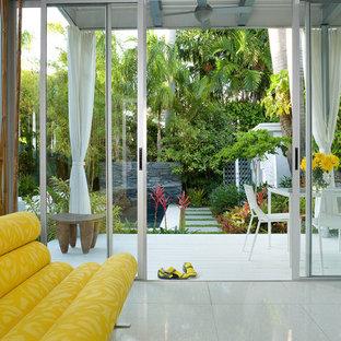 Imagen de salón para visitas abierto, contemporáneo, de tamaño medio, sin televisor y chimenea, con paredes blancas, suelo de baldosas de porcelana y suelo blanco