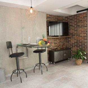 Foto di un piccolo soggiorno industriale con pavimento con piastrelle in ceramica e TV a parete