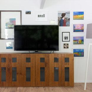 サンフランシスコの中サイズのミッドセンチュリースタイルのおしゃれなLDK (白い壁、淡色無垢フローリング、標準型暖炉、漆喰の暖炉まわり、据え置き型テレビ、黄色い床) の写真