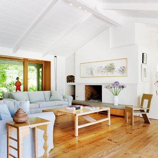 Modelo de salón retro con paredes blancas y suelo de madera clara