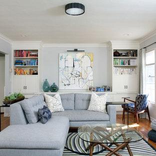 Repräsentatives, Abgetrenntes, Großes Klassisches Wohnzimmer mit grauer Wandfarbe, braunem Holzboden, Kamin und Kaminsims aus Backstein in Santa Barbara