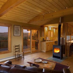 Ispirazione per un soggiorno rustico con pareti beige e stufa a legna