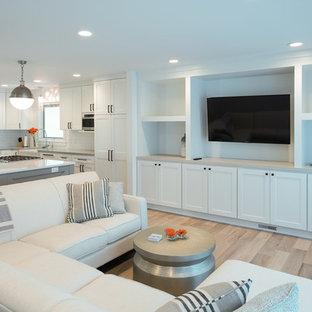 グランドラピッズの中サイズのビーチスタイルのおしゃれなLDK (フォーマル、白い壁、淡色無垢フローリング、壁掛け型テレビ) の写真