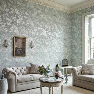 他の地域のシャビーシック調のおしゃれなリビング (フォーマル、マルチカラーの壁、塗装フローリング、ベージュの床) の写真
