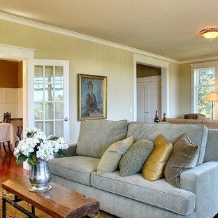 Geräumiges Klassisches Wohnzimmer mit beiger Wandfarbe in Seattle