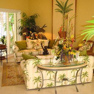 Cette photo montre un salon chic avec un sol en carrelage de porcelaine et un mur jaune.