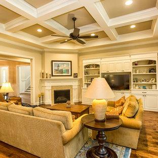 Esempio di un grande soggiorno classico aperto con sala formale, pareti beige, parquet scuro, camino ad angolo, cornice del camino piastrellata e parete attrezzata