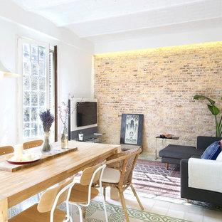 Inredning av ett nordiskt mellanstort separat vardagsrum, med ett finrum, orange väggar, klinkergolv i keramik och en fristående TV