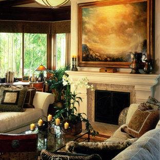 Foto di un ampio soggiorno stile americano chiuso con sala formale, pavimento in legno massello medio, camino classico, cornice del camino in pietra, pareti bianche e nessuna TV