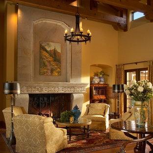 Imagen de salón para visitas abierto, mediterráneo, grande, sin televisor, con paredes beige, suelo de baldosas de terracota, chimenea tradicional y marco de chimenea de piedra