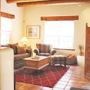 Idee per un soggiorno stile americano aperto con pareti bianche, pavimento con piastrelle in ceramica e nessun camino