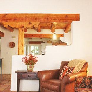 アルバカーキのサンタフェスタイルのおしゃれなLDK (白い壁、セラミックタイルの床、暖炉なし) の写真