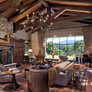 Foto di un grande soggiorno american style aperto con sala della musica, pareti marroni, parquet scuro, camino classico, cornice del camino in pietra e nessuna TV