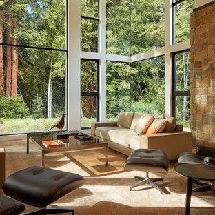 Idee per un grande soggiorno moderno aperto con sala formale, pareti bianche, pavimento in legno massello medio, nessun camino, nessuna TV e pavimento marrone