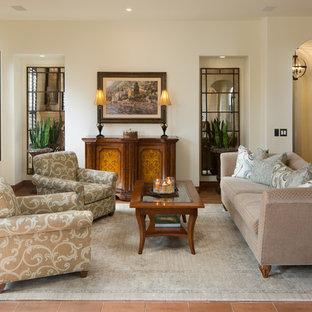 Diseño de salón abierto, tradicional, pequeño, con paredes blancas, suelo de ladrillo, chimenea tradicional, marco de chimenea de yeso y suelo rojo