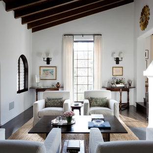 ロサンゼルスの地中海スタイルのおしゃれな独立型リビング (フォーマル、白い壁、濃色無垢フローリング、横長型暖炉) の写真