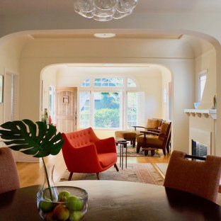 ロサンゼルスの中サイズのビーチスタイルのおしゃれなLDK (ベージュの壁、淡色無垢フローリング、標準型暖炉、タイルの暖炉まわり、黄色い床) の写真