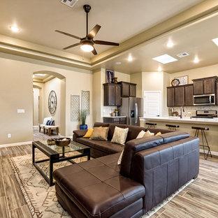 Immagine di un soggiorno classico aperto con pareti beige, pavimento in legno verniciato, TV autoportante e pavimento multicolore