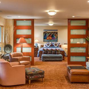 Cette image montre un salon sud-ouest américain avec un mur beige, moquette, une cheminée standard, un manteau de cheminée en pierre, un téléviseur fixé au mur et un sol orange.