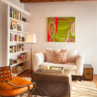Idee per un soggiorno american style aperto con libreria, pareti beige, pavimento in mattoni, nessun camino e nessuna TV