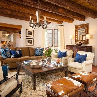 Ispirazione per un soggiorno stile americano aperto con sala formale, pareti beige, parquet scuro, camino classico, cornice del camino in pietra e nessuna TV