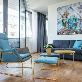 Mittelgroßes Modernes Wohnzimmer ohne Kamin mit weißer Wandfarbe, hellem Holzboden und beigem Boden in Berlin