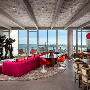 Aménagement d'un très grand salon contemporain fermé avec une salle de réception, un mur gris, aucune cheminée, un téléviseur fixé au mur, un sol gris, un plafond en poutres apparentes et du lambris.
