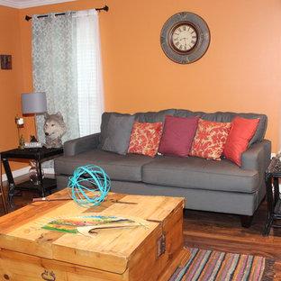 Inspiration pour un salon sud-ouest américain de taille moyenne et fermé avec un mur orange, un sol en bois brun, aucune cheminée et aucun téléviseur.