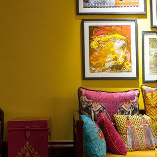 ニューヨークの中サイズのアジアンスタイルのおしゃれなLDK (黄色い壁、濃色無垢フローリング) の写真