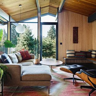 Offenes Mid-Century Wohnzimmer mit beiger Wandfarbe, dunklem Holzboden, Kamin, Kaminumrandung aus Backstein und braunem Boden in Portland