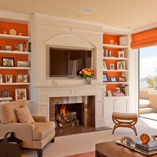 Bild på ett mellanstort vintage separat vardagsrum, med orange väggar, en standard öppen spis, en spiselkrans i sten, en väggmonterad TV, beiget golv, ett finrum och heltäckningsmatta