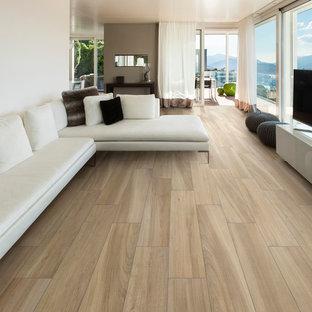 Großes, Offenes Modernes Wohnzimmer mit Hausbar, roter Wandfarbe, Porzellan-Bodenfliesen, freistehendem TV, braunem Boden, Holzdielendecke und Holzdielenwänden in Los Angeles
