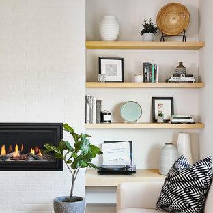 Idee per un soggiorno nordico di medie dimensioni e aperto con pareti bianche, pavimento in mattoni, camino lineare Ribbon, cornice del camino in mattoni e pavimento marrone