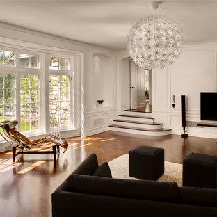 ミルウォーキーのコンテンポラリースタイルのおしゃれなリビング (白い壁、濃色無垢フローリング、据え置き型テレビ) の写真