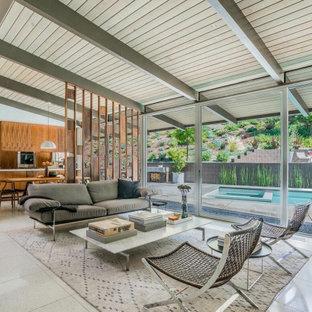 Mittelgroßes, Offenes, Repräsentatives Mid-Century Wohnzimmer ohne Kamin mit weißem Boden, freigelegten Dachbalken und Holzdecke in Los Angeles