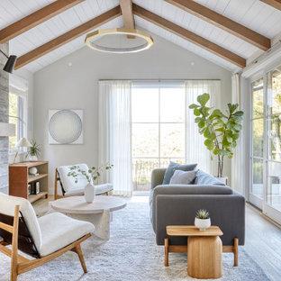 Skandinavisches Wohnzimmer mit grauer Wandfarbe, braunem Holzboden, Kamin, Kaminumrandung aus Beton, braunem Boden, freigelegten Dachbalken, Holzdielendecke und gewölbter Decke in San Francisco