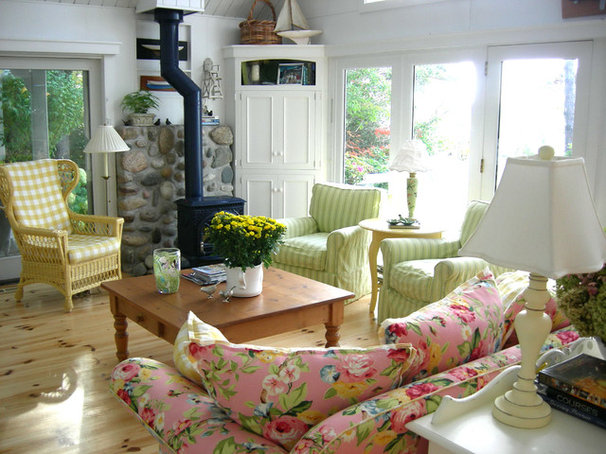 Traditional Living Room by gail olsen