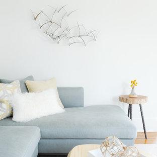 Ispirazione per un soggiorno classico aperto e di medie dimensioni con pareti bianche, pavimento in legno massello medio, camino classico, cornice del camino in mattoni, nessuna TV e sala formale