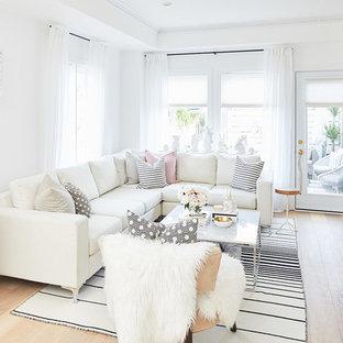 Idéer för ett litet skandinaviskt allrum med öppen planlösning, med vita väggar, kalkstensgolv, en standard öppen spis, en spiselkrans i trä och en inbyggd mediavägg