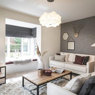 Bild på ett skandinaviskt vardagsrum, med beige väggar, heltäckningsmatta, en fristående TV och beiget golv