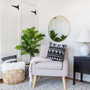Foto di un soggiorno scandinavo di medie dimensioni e chiuso con sala formale, pareti bianche, parquet scuro, nessun camino, nessuna TV e pavimento marrone