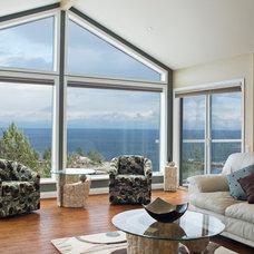 Traditional Living Room by B. Gallant Homes Ltd.