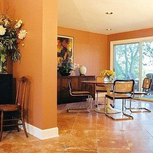 デトロイトの大きいミッドセンチュリースタイルのおしゃれなLDK (オレンジの壁) の写真